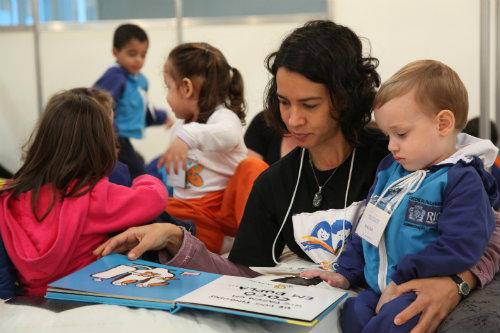 Biblioteca FNLIJ do Bebe - Coordenadora lendo para as crianças